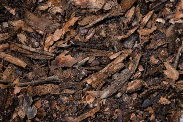 Mäntykuorihake Tasaa kosteuden ja lämpötiloja, torjuu rikkaruohot sekä eroosiota, viimeistelee puutarhojen istutukset. Soveltuu maisemoinnin lisäksi esim. kompostin kuivikkeeksi.